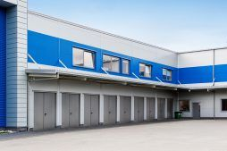 zbliżenie na bramy wjazdowe - hala magazynowa z budynkiem biurowym, dla Hurtap SA, Głogów, woj. dolnośląskie