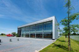 przeszklenia na elewacji frontowej - hala produkcyjno-magazynowa z budynkiem biurowym, dla Polamp, Bieniewiec