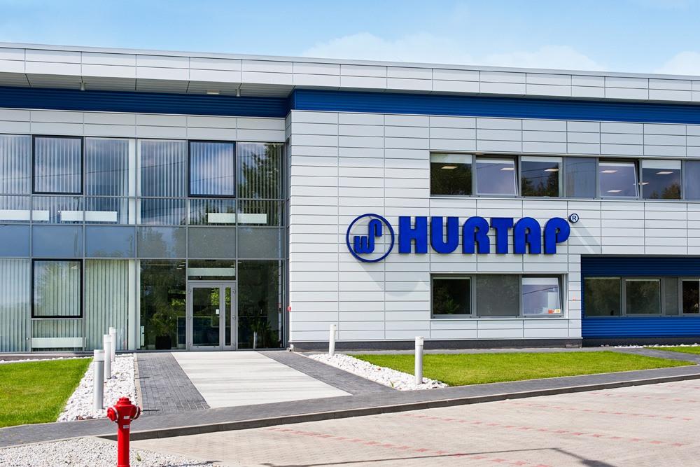 zbliżenie na elewacje frontową 1 - hala magazynowa z budynkiem biurowym, dla Hurtap SA, Głogów