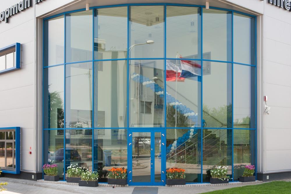 zbliżenie na wejście frontowe - hala handlowa, dla Koopman International, Komorniki, woj. wielkopolskie