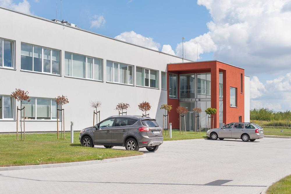 zdjęcie od frontu - hala produkcyjna z budynkiem biurowym, dla Uniservice, Skarbimierz, woj. opolskie