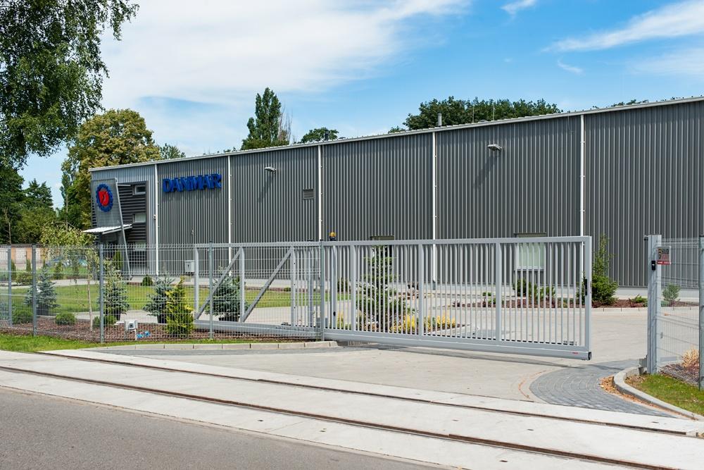 brama wjazdowa - hala produkcyjna z częścią socjalno-biurową, dla Danmar, Łódź, woj. łódzkie