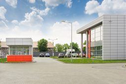 widok na portiernie i otoczenie - hala produkcyjno-magazynowa z budynkiem biurowym, dla Viva Plus, Bytom, woj. śląskie