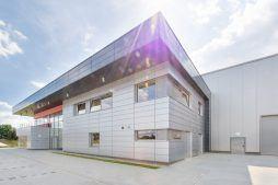 zdjęcie ściany frontowej - hala magazynowa z budynkiem biurowym, dla Tech-Met, Kolonia Sokolniki
