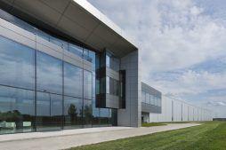 zbliżenie na część biurową - hala produkcyjna z budynkiem biurowym, dla Adams, Mrągowo, woj. warmińsko-mazurskie