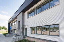 fragment elewacji budynku biurowego - hala produkcyjna z budynkiem biurowym, dla Irmark, Warszawa