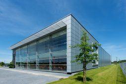 przeszklenia na elewacji frontowej 1 - hala produkcyjno-magazynowa z budynkiem biurowym, dla Polamp, Bieniewiec