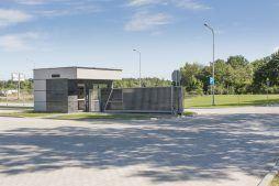 brama wjazdowa na teren inwestycji - hala produkcyjna z częścią biurową, dla Leann Stańczyk, Słupsk, woj. pomorskie