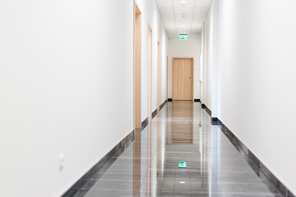 korytarz części biurowej - hala magazynowa z budynkiem biurowym, dla Hurtap SA, Głogów, woj. dolnośląskie