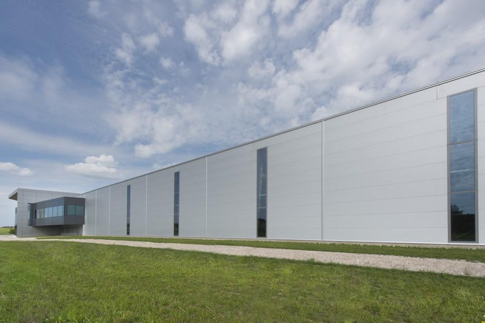 ściana boczna - hala produkcyjna z budynkiem biurowym, dla Adams, Mrągowo, woj. warmińsko-mazurskie