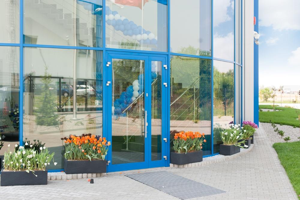 zbliżenie na drzwi frontowe - hala handlowa, dla Koopman International, Komorniki, woj. wielkopolskie