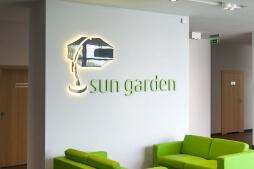 zbliżenie na logo inwestora 1 - hala magazynowa z budynkiem biurowym, dla Sun Garden Poland, Malanów