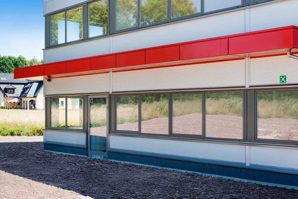 zbliżenie na część biurową 2 - hala produkcyjna z częścią biurową, dla Protech, woj. śląskie