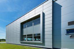 okno na elewacji bocznej - hala produkcyjno-magazynowa z budynkiem biurowym, dla Polamp, Bieniewiec, woj. mazowieckie