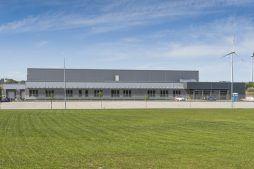 widok na hale frontową - hala produkcyjna z częścią biurową, dla Leann Stańczyk, Słupsk, woj. pomorskie