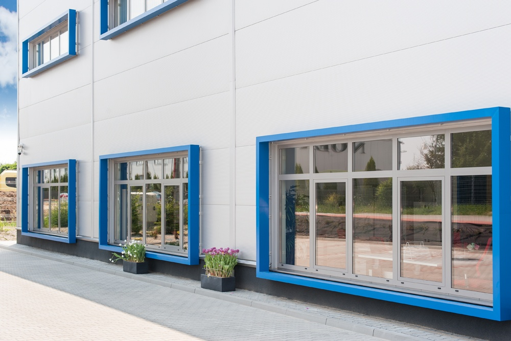 zbliżenie na okna na ścianie bocznej - hala handlowa, dla Koopman International, Komorniki