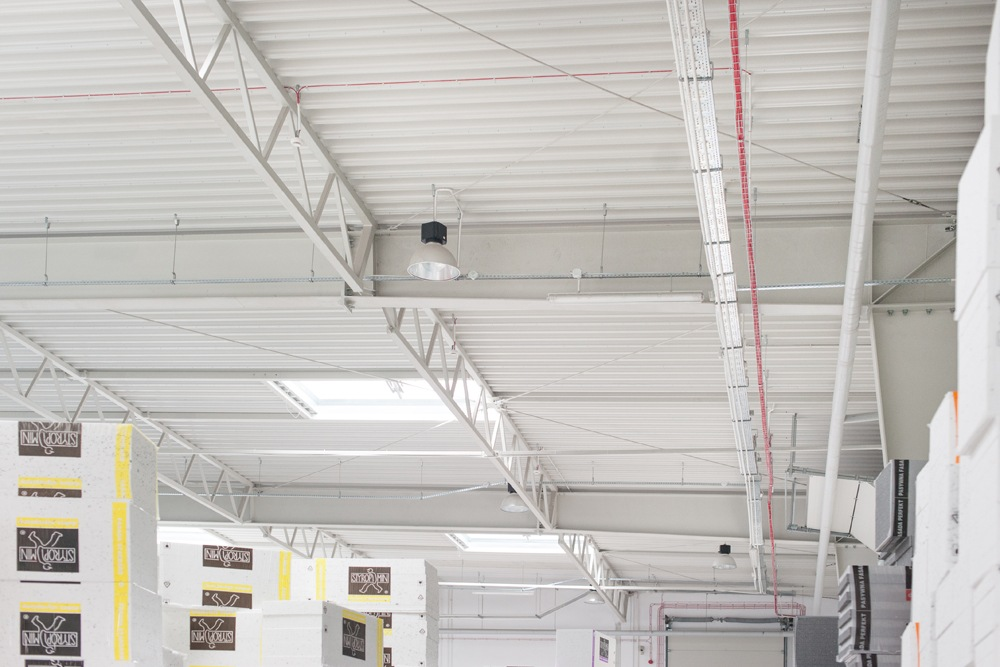 zbliżenie na konstukcje dachu - hala produkcyjna z częścią biurową, dla Styropmin, Łochów