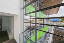 detal okienny - hala magazynowa z budynkiem biurowym, dla Sun Garden Poland, Malanów