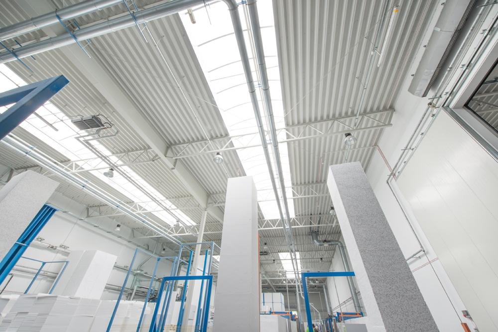 świetliki dachowe widziane od wewnątrz - hala produkcyjna z częścią biurową, dla Styropmin, Łochów