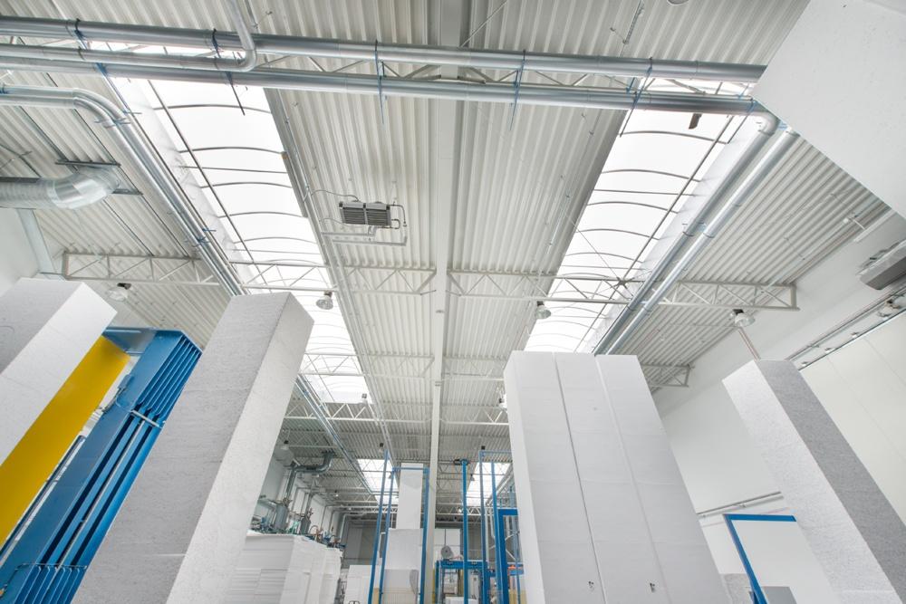 świetliki dachowe widziane od wewnątrz 1 - hala produkcyjna z częścią biurową, dla Styropmin, Łochów
