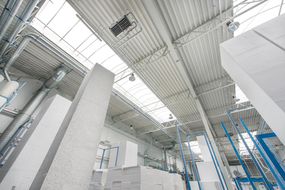 świetliki dachowe widziane od wewnątrz 2 - hala produkcyjna z częścią biurową, dla Styropmin, Łochów