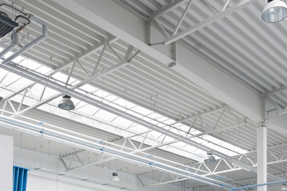 świetliki dachowe widziane od wewnątrz 3 - hala produkcyjna z częścią biurową, dla Styropmin, Łochów