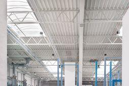 świetliki dachowe widziane od wewnątrz 5 - hala produkcyjna z częścią biurową, dla Styropmin, Łochów