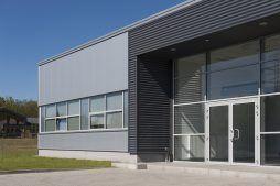 zbliżenie na elewacje z wejściem głównym - hala produkcyjna, firma Van Den Block, Gdańsk, woj. pomorskie