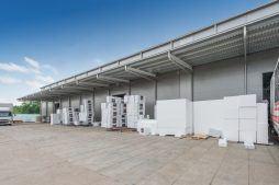 zbliżenie na zadaszenie zewnętrzne - hala produkcyjna z częścią biurową, dla Styropmin, Łochów