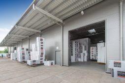 zbliżenie na bramę wjazdową - hala produkcyjna z częścią biurową, dla Styropmin, Łochów