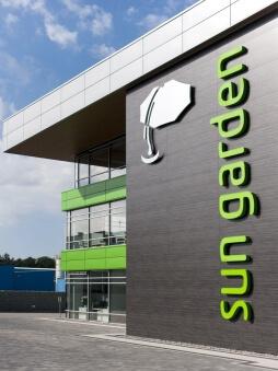 zbliżenie na logo inwestora - hala magazynowa z budynkiem biurowym, dla Sun Garden Poland, Malanów