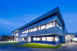 front budynku nocą - hala magazynowa z budynkiem biurowym, dla Hurtap SA, Głogów, woj. dolnośląskie