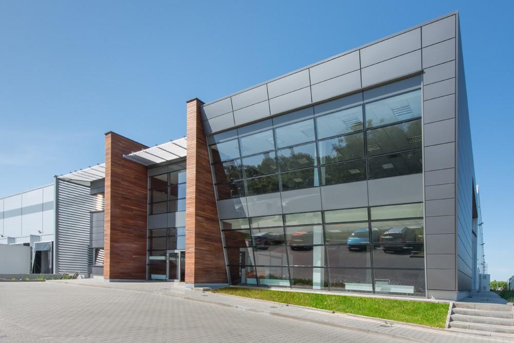 zbliżenie na część biurową budynku - sortownia owoców z częścią biurową, dla Europejskie Centrum Owocowe, Rębowola