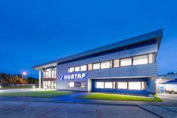 elewacja frontowa nocą - hala magazynowa z budynkiem biurowym, dla Hurtap SA, Głogów, woj. dolnośląskie