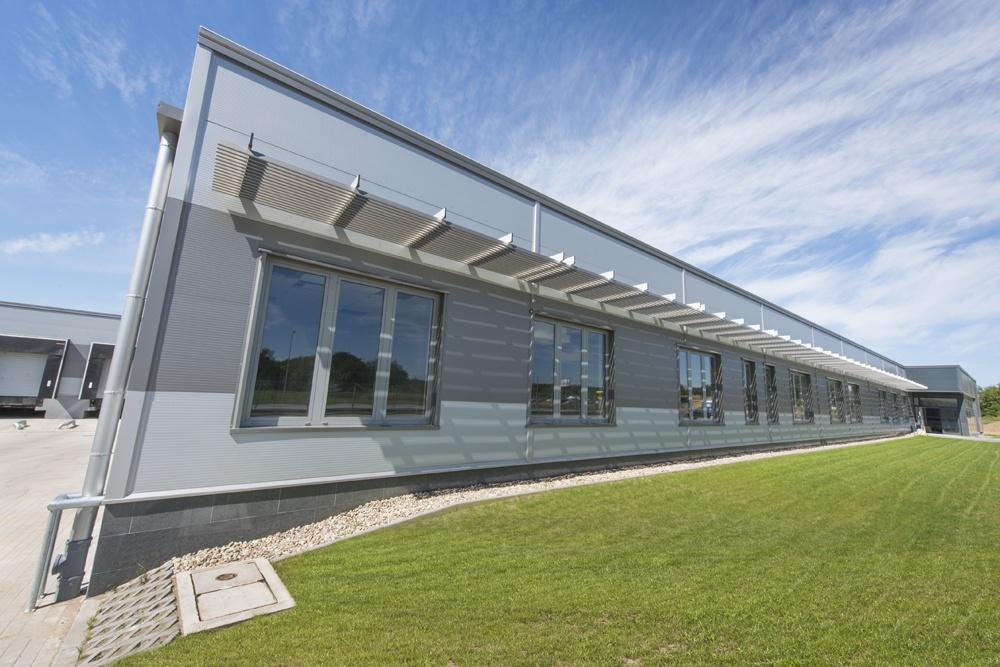 ściana frontowa części biurowej - hala produkcyjna z częścią biurową, dla Leann Stańczyk, Słupsk, woj. pomorskie