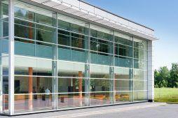 przeszklenia na elewacji frontowej 2 - hala produkcyjno-magazynowa z budynkiem biurowym, dla Polamp, Bieniewiec