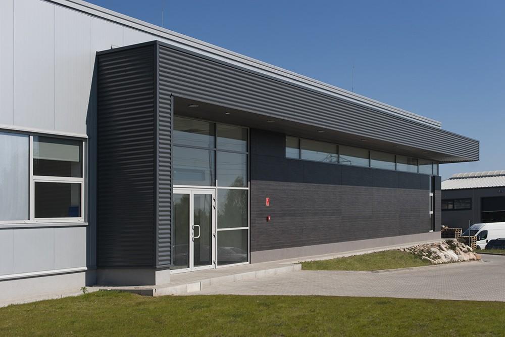 zbliżenie na jedną z elewacji - hala produkcyjna, firma Van Den Block, Lublew Gdański, woj. pomorskie