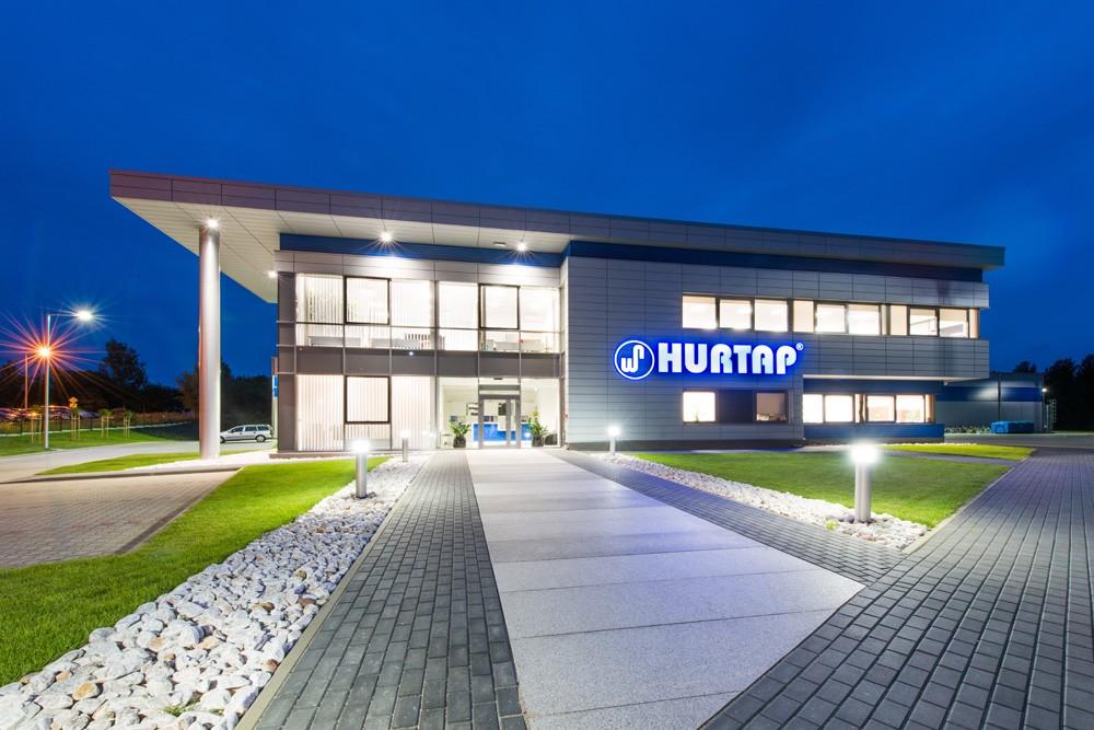 ściana frontowa nocą - hala magazynowa z budynkiem biurowym, dla Hurtap SA, Głogów, woj. dolnośląskie