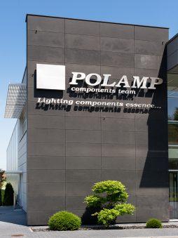 zbliżenie na logo 1 - hala produkcyjno-magazynowa z budynkiem biurowym, dla Polamp, Bieniewiec, woj. mazowieckie