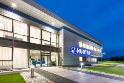 elewacja frontowa nocą 2 - hala magazynowa z budynkiem biurowym, dla Hurtap SA, Głogów, woj. dolnośląskie