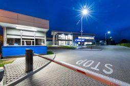 wjazd na obszar inwestycji - hala magazynowa z budynkiem biurowym, dla Hurtap SA, Głogów, woj. dolnośląskie