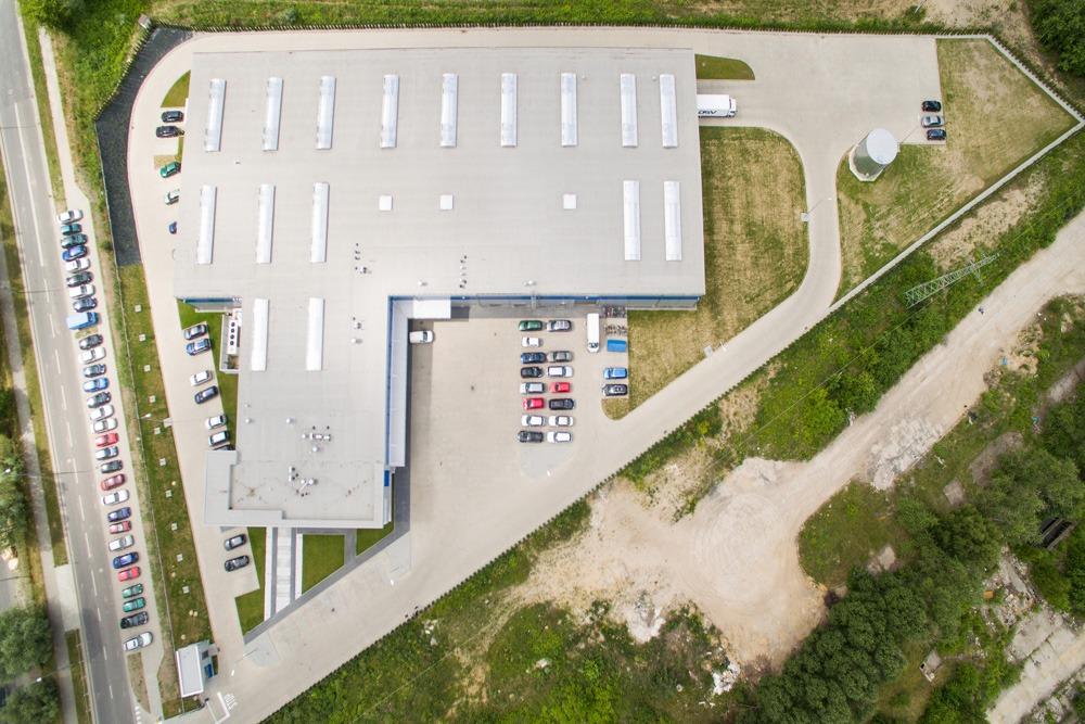 widok z góry - hala magazynowa z budynkiem biurowym, dla Hurtap SA, Głogów, woj. dolnośląskie