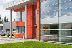 zbliżenie na elewację budynku biurowego - hala produkcyjno-magazynowa z budynkiem biurowym, dla Viva Plus, Bytom