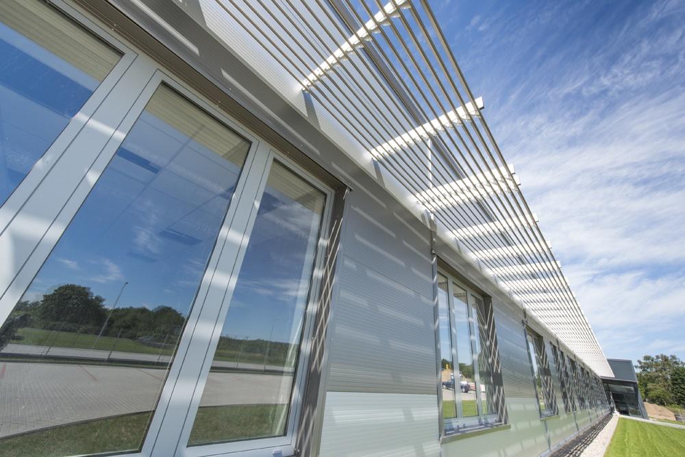 zbliżenie na okna w części biurowej - hala produkcyjna z częścią biurową, dla Leann Stańczyk, Słupsk, woj. pomorskie