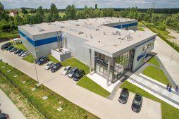 widok z lotu ptaka - hala magazynowa z budynkiem biurowym, dla Hurtap SA, Głogów, woj. dolnośląskie