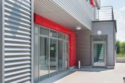 zbliżenie na wejście główne - sortownia i przechowalnia owoców z częścią biurową, dla Gaik, Witalówka