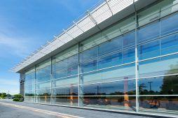 przeszklenia na elewacji frontowej 4 - hala produkcyjno-magazynowa z budynkiem biurowym, dla Polamp, Bieniewiec