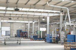 wnętrze z bramami wjazdowymi - hala produkcyjna, dla Auto-Hak, Słupsk