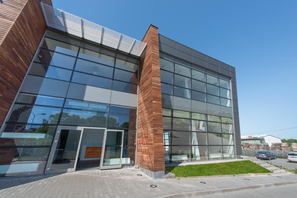 zbliżenie na część biurową budynku 1 - sortownia owoców z częścią biurową, dla Europejskie Centrum Owocowe, Rębowola