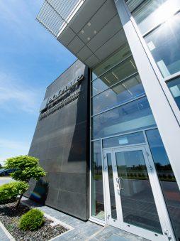 wejście do budynku - hala produkcyjno-magazynowa z budynkiem biurowym, dla Polamp, Bieniewiec, woj. mazowieckie